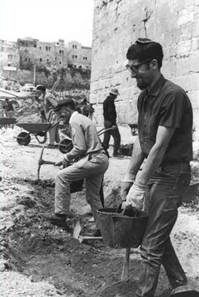 Volunteers uncover the hidden treasures of Jerusalem at the foot of the Southern Wall, immediately after the Six-Day War. The heads of the Supreme Muslim Council visited the spot and expressed enthusiasm, but in public they leveled charges. (Fritz Cohen, Government Press Office)