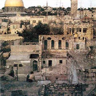 The Ohel Yitzchak Synagogue after the Arabs destroyed it; the Dome of the Rock is in the background. (Western Wall Heritage Foundation)